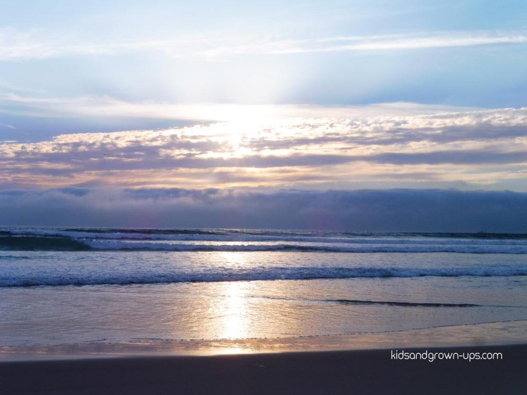A vida é uma calmaria até chegar a onda, aquela onda que me enrola e me tira os pés do chão. Perco o equilíbrio, perco a noção, perco a vergonha e deixo-me ir. Ando às voltas nas voltas que a vida dá. Permito-me viver intensamente aquilo que surge.