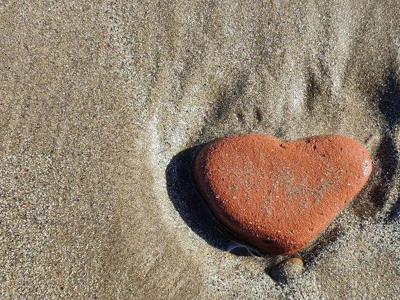 O amor é o sentimento mais puro de todas as emoções, é aquele que abraça a razão, a beija e dança com ela à chuva.